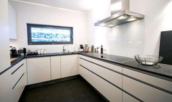 чёрная столешница на белой кухне с нижними шкафами