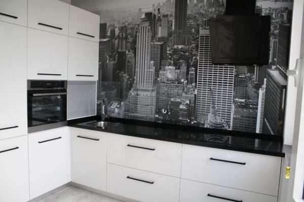 фотообои на стене белой кухни с чёрной столешницей