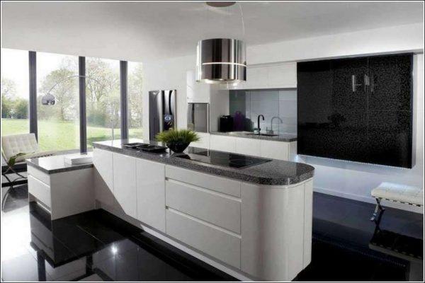 белая кухня с чёрной столешницей из натурального камня