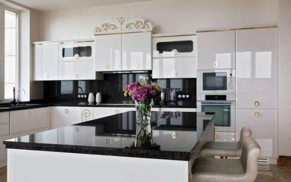 белая кухня с глянцевым фасадом и чёрной столешницей
