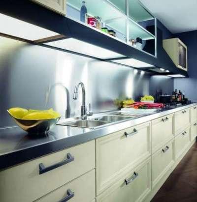 белая кухня с чёрной столешницей и чёрным фартуком