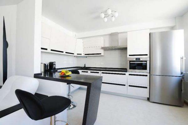 белая кухня с чёрной столешницей в стиле хай тек