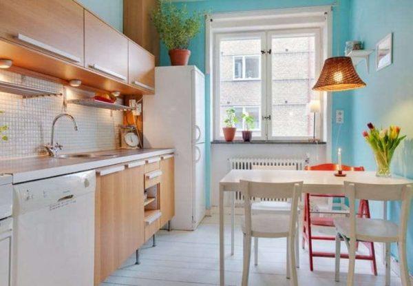 голубые стены на бежевой кухне