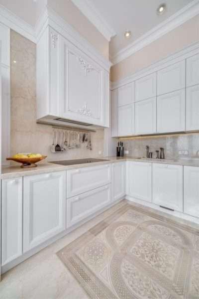лёгкий интерьер бежево-белой кухни