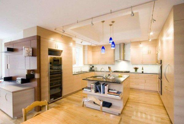 бежевая кухня с синими светильниками
