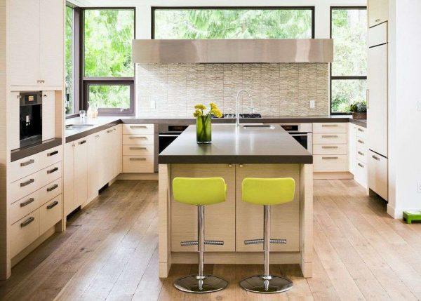 бежевая кухня с большими окнами