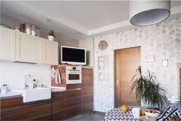 бежевая кухня с коричневыми нижними шкафами