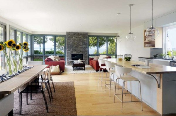 бежевая кухня с панорамными окнами в загородном доме