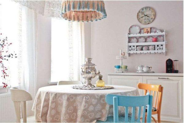 бежевая кухня с обеденным столом и яркими стульями