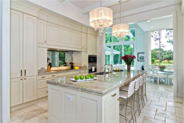 бежевая кухня со стильным столом
