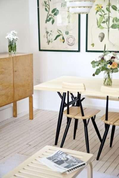 бежевая кухня с картинами на стенах
