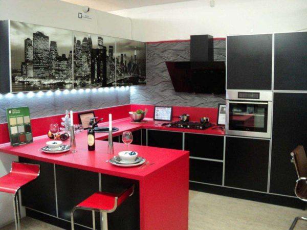 красный в интерьере чёрной кухни