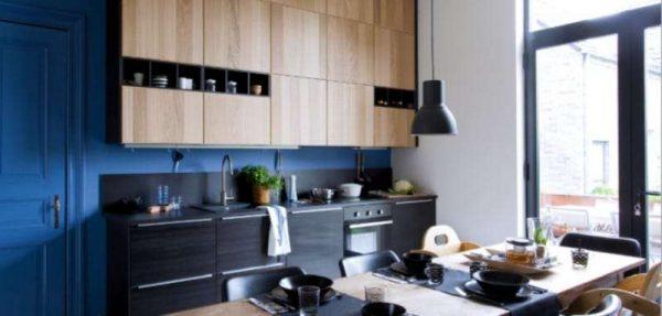 синий цвет в интерьере чёрной кухни
