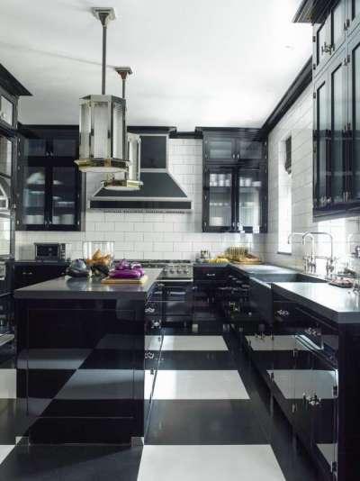 интерьер чёрной кухни с глянцевыми поверхностями