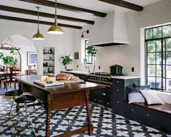 интерьер чёрной кухни с деревянными балками на потолке