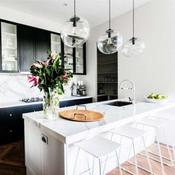 светильники в интерьере чёрной кухни