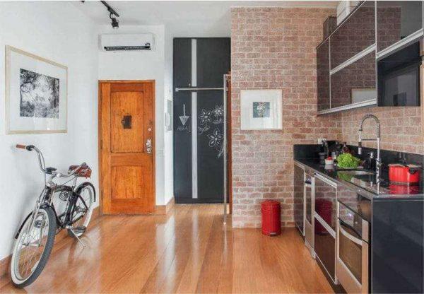 интерьер чёрной кухни с деревянным полом