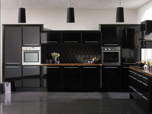 интерьер чёрной кухни с глянцевыми фасадами