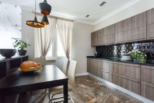 интерьер чёрной кухни с кухонным гарнитуром под дерево