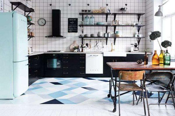 интерьер чёрной кухни с голубым холодильником