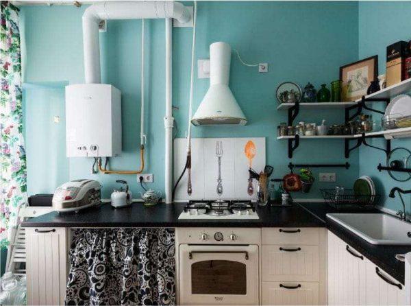 голубая стена в интерьере чёрной кухни