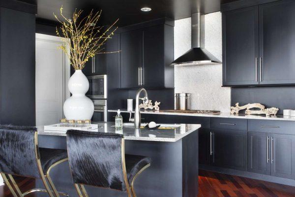интерьер чёрной кухни с мраморной столешницей