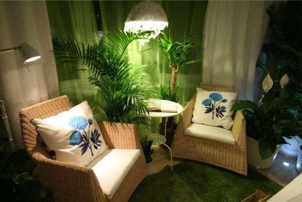 зимний сад с креслами на кухне с эркером
