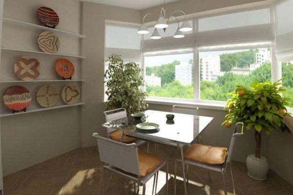 квадратный обеденный стол на кухне с эркером