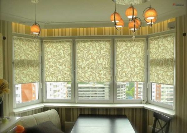стол с диваном у окна эркера на кухне