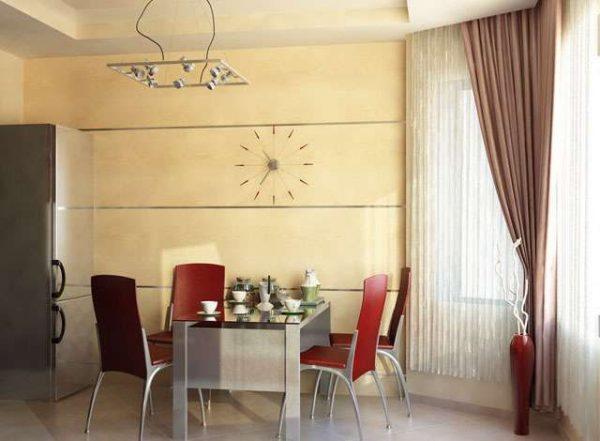 обеденный стол на просторной кухне с эркером