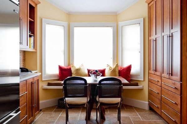 диванчик и столик на кухне с эркером