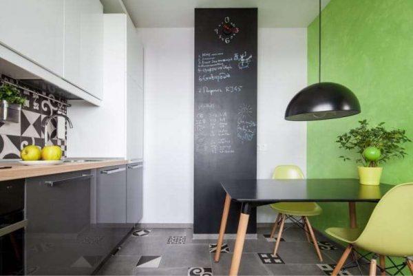 акцентная стена зелёного цвета в интерьере кухни