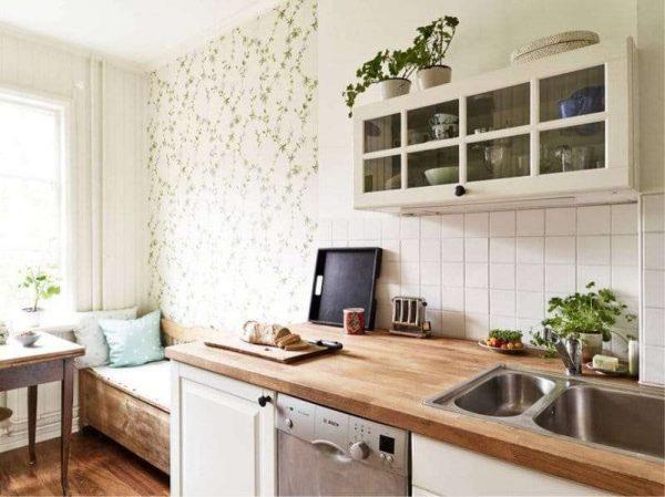 мелкий цветочек на обоях на стене в интерьере кухни