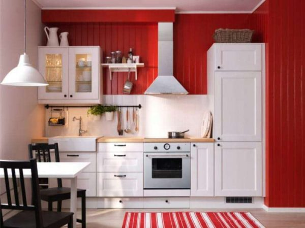 красные деревянные панели на стене в интерьере кухни