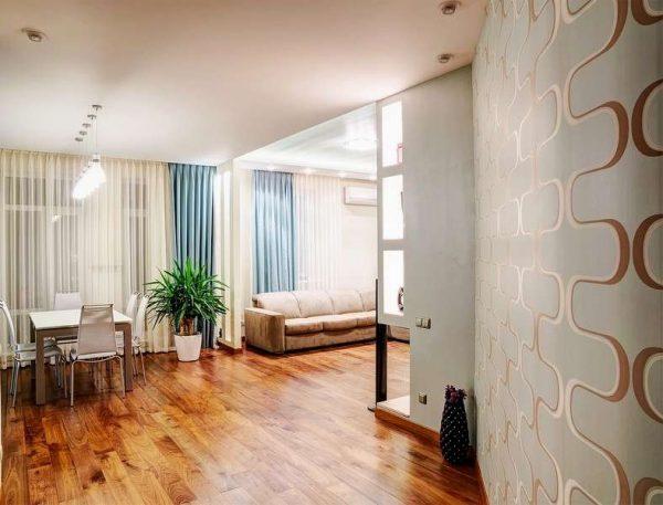 деревянный пол на кухне в светлых тонах