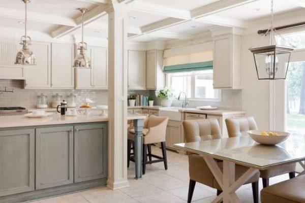 дизайн кухни в светлых тонах в классическом стиле