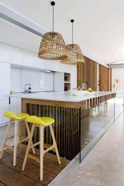 светлый интерьер кухни с жёлтыми стульями