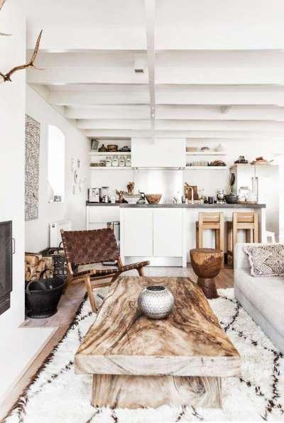светлый интерьер кухни с балками на потолке