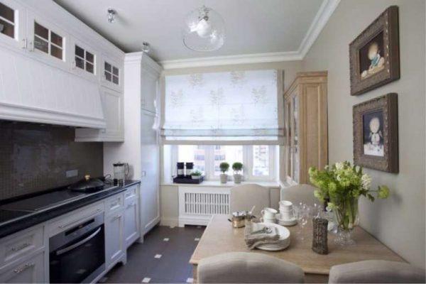 светлый интерьер кухни с картинами на стене
