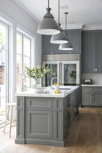 светлый интерьер кухни с серой мебелью