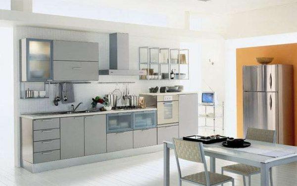 оранжевая стена на серой кухне
