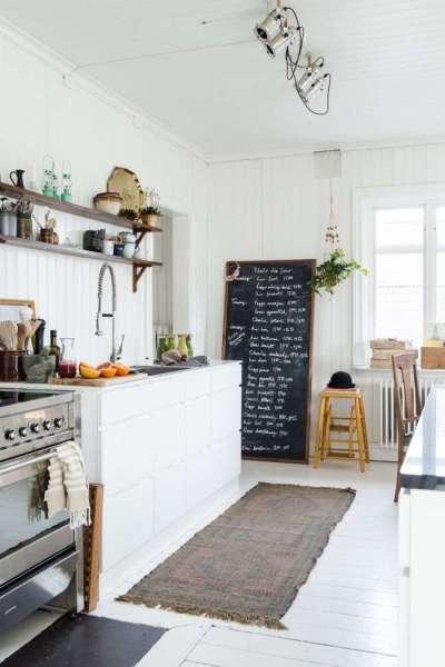 светлый интерьер кухни с открытыми полками
