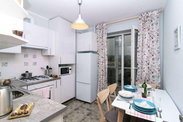 светлый интерьер кухни со шторами в цветочек