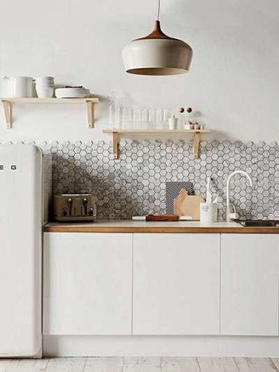 светлый интерьер кухни со стильным светильником