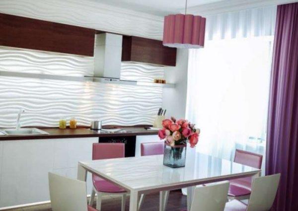 фиолетовые шторы на светлой кухне