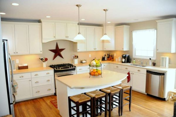 светлый интерьер кухни со звездой на стене