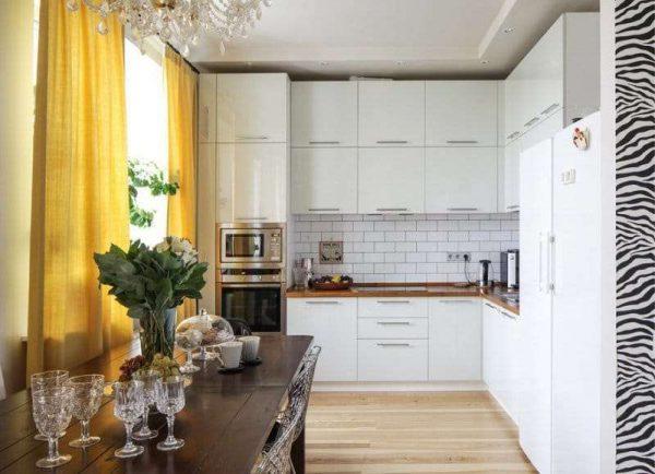 светлый интерьер кухни с жёлтыми шторами