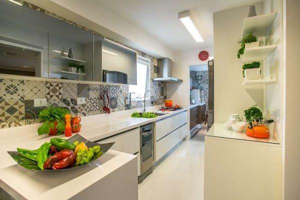 бежевая кухня с цветами на полках