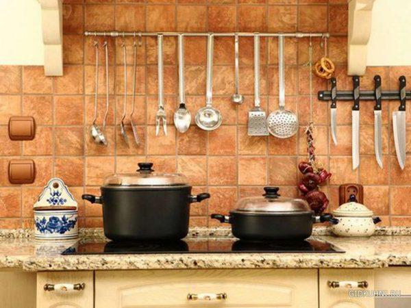 керамическая плитка для фартука в интерьере кухни