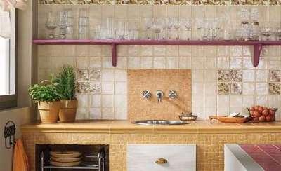 бежевый фартук из кафеля в интерьере кухни